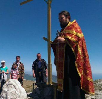 На вершине горы Чатыр-Даг восстановлен спиленный вандалами Поклонный Крест