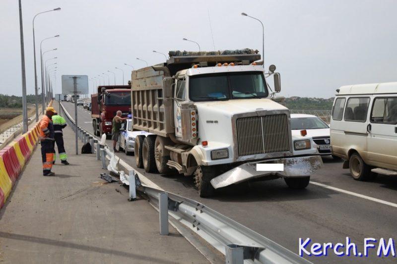 ДТП на новом путепроводе к Крымскому мосту в Керчи. Грузовик снес отбойник