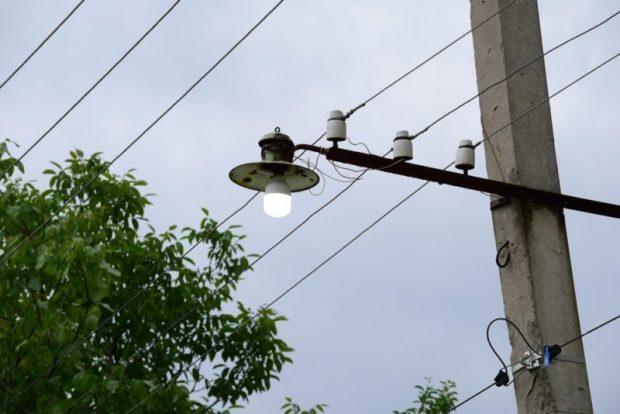В Симферополе продолжают менять лампы уличного освещения