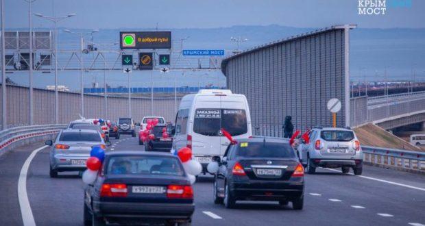 """За сутки Крымский мост пересекли более 20 тысяч автомобилей. Четыре машины """"застряли"""""""