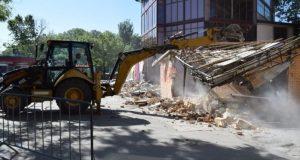 На площади Куйбышева в Симферополе тяжёлая техника демонтирует павильоны
