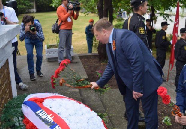 Возложение цветов и венков к обелиску на Симферопольском военном мемориальном кладбище