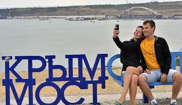 За селфи на Крымском мосту придется заплатить