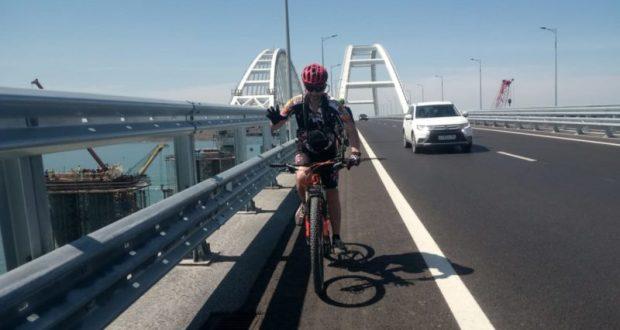 Велосипедистам запретили останавливаться на Крымскому мосту. Крутить педали придется все 19 км