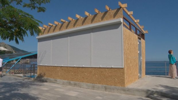 """В пгт. Гурзуф - """"революция"""": снесут строение на набережной, создадут парковку, а фонтан уже превратили в клумбу"""