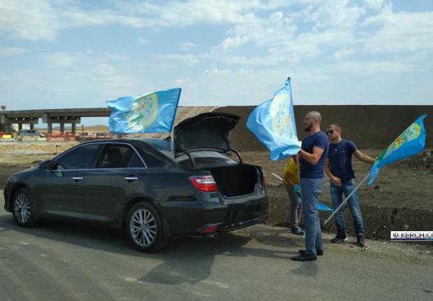 26 июня крымские татары отметили автопробегом по Крымскому мосту
