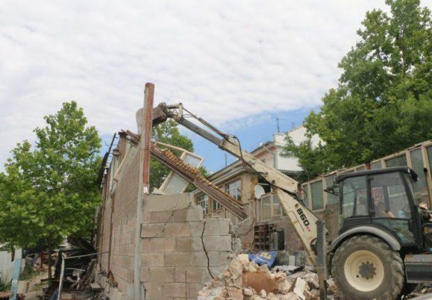 В Севастополе сносят и здания, и гаражи, и рекламные конструкции
