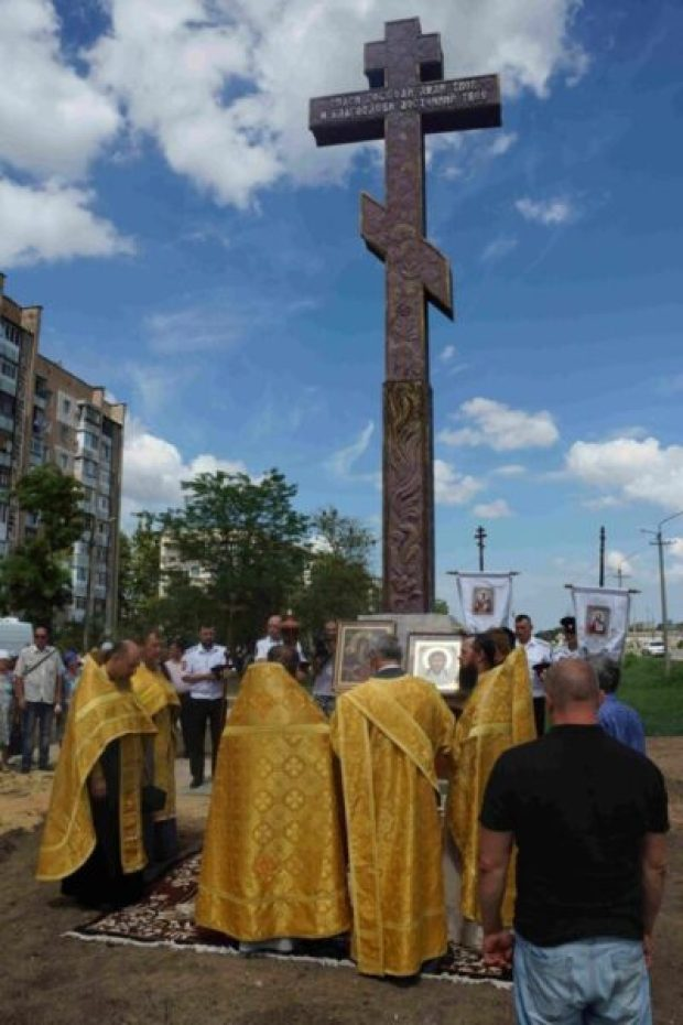 На въезде в Джанкой установили самый большой поклонный крест в Крыму