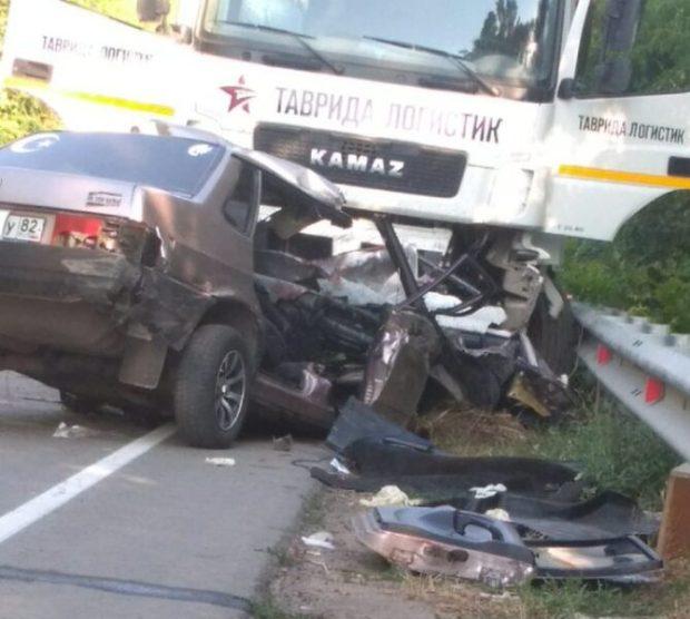 На трассе Симферополь-Николаевка столкнулись КамАЗ и ВАЗ. Погибли три человека