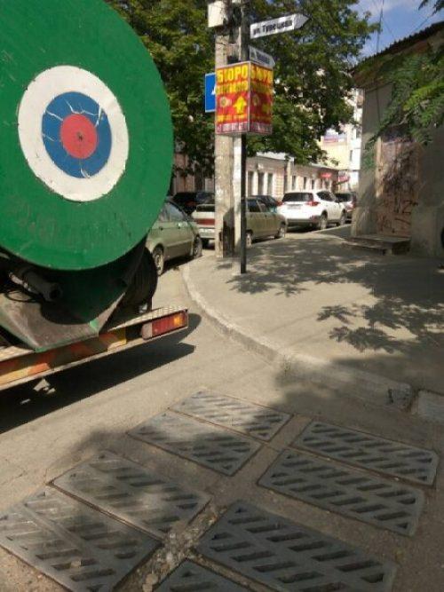 В Симферополе, в районе Старого города, приводят в порядок ливнёвки