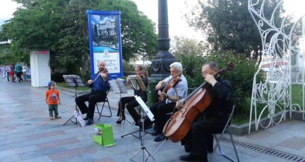 Уличные музыканты и артисты не могут «просто так» выступать на набережной Ялты
