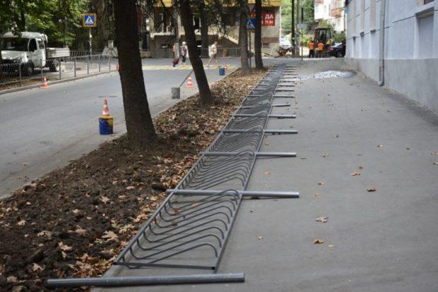 В Симферополе устанавливают ограждения вдоль дорог