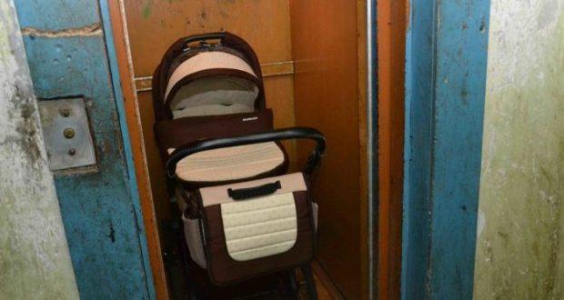 В Симферополе в многоэтажке двери лифта зажали коляску с малышом