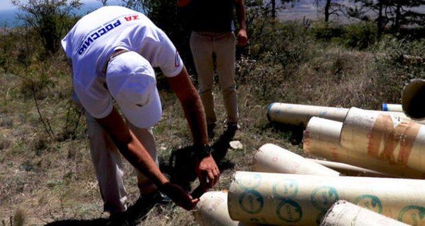 """Избавился от отходов: бизнесмен в Феодосии свалил мусор в лесу и... """"адрес"""" оставил"""