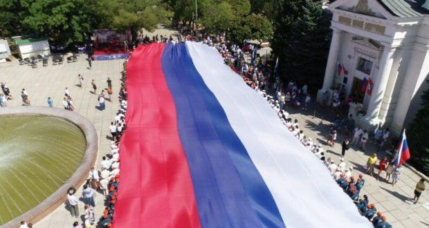 «Российский флаг – священный триколор». В Севастополе развернули пятидесятиметровый стяг