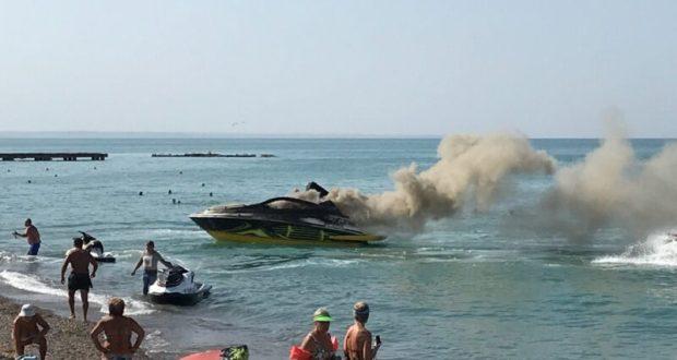 В пгт. Николаевка дотла сгорел катер. Прямо в море