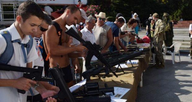 """Жителям Ялты и гостям города """"раздавали"""" оружие. Прямо на набережной"""
