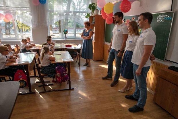 В первый класс с… Крымским мостом. Школьники Тамани и Керчи получили подарки