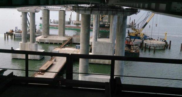 Съехавший в море пролет железнодорожной части Крымского моста поднят из воды