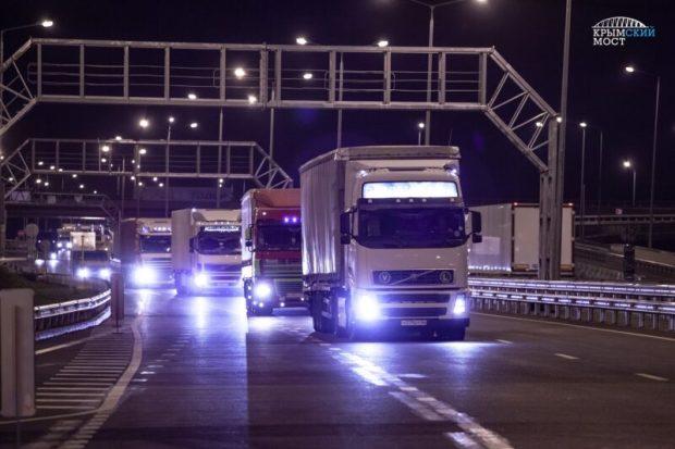 Грузовой транспорт едет по Крымскому мосту. Паромная переправа опустела