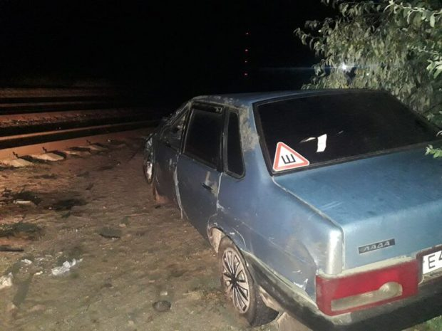 В Джанкойском районе, на станции Солёное озеро, электропоезд снёс ВАЗ