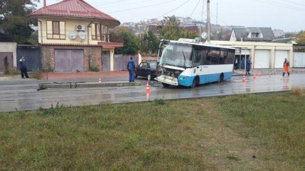 ДТП в Симферополе. Маршрутный автобус врезался в столб