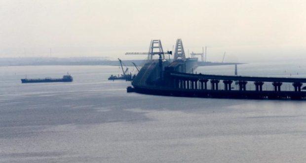 Корабли ВМС Украины остановились в шести милях от Керченского моста