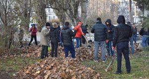 В Симферополе в субботу активисты работали лопатами и мётлами