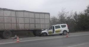 ДТП в Феодосии: такси врезалось в стоящий грузовик с прицепом
