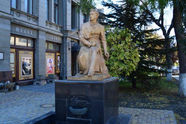 Пушкин в центре Симферополя пожелтел временно