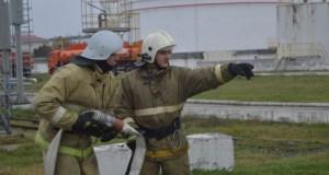 На феодосийской нефтебазе спасатели тушили пожар. Условный