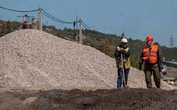 """Отметим, что этот первый в Севастополе асфальтобетонный завод заработал в конце марта 2017 года. Сообщалось, что его запуск в эксплуатацию позволит сократить затраты на ремонт дорог. Кроме того, завод работал на обеспечение трассы «Таврида». Производительность завода была 120 тонн в час. По сути, это «модуль» - т.н. """"Асфальтобетонный завод УДМ-120"""". Его собрали за 40 дней. Как только он заработал, собственно, и начался конфликто с местными жителями. Но самое интересное, что еще 80-х годах ХХ века на этом же месте, в Штурмовом располагался именно асфальтобетонный завод."""