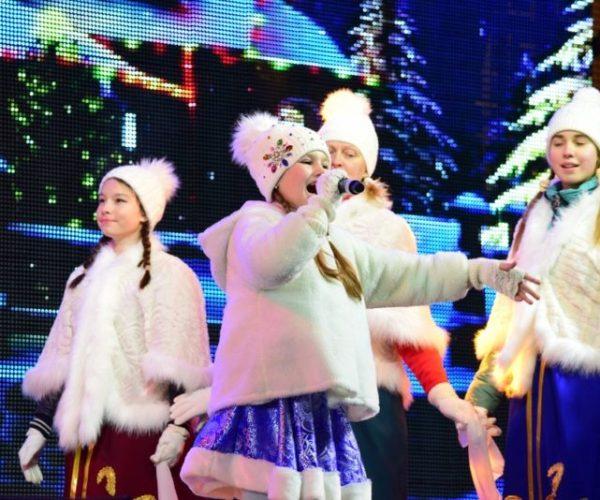На главной ёлке Симферополя зажглись новогодние огни