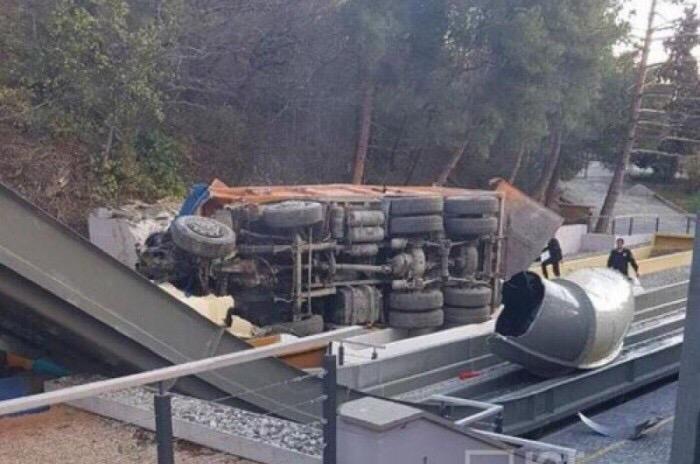 Шок. Многотонный МАЗ вылетел с трассы и рухнул на аттракционы аквапарка отеля «Ялта-Интурист»