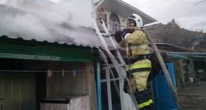 Пожар в крымском поселке Курортное. Горел частный дом
