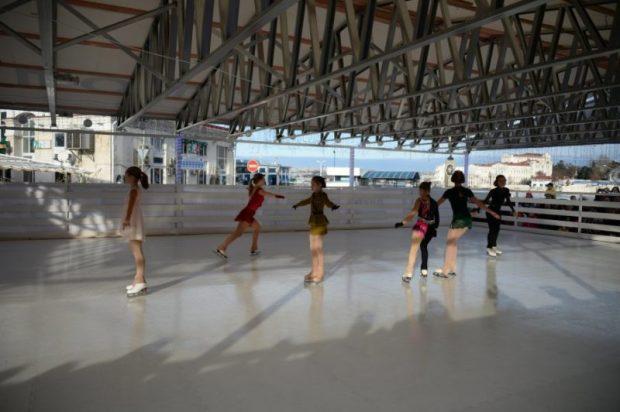 В Севастополе открыли ледовый каток
