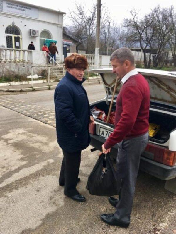 «Доброволец» отправился в села Байдарской долины. С книгами и подарками ветеранам