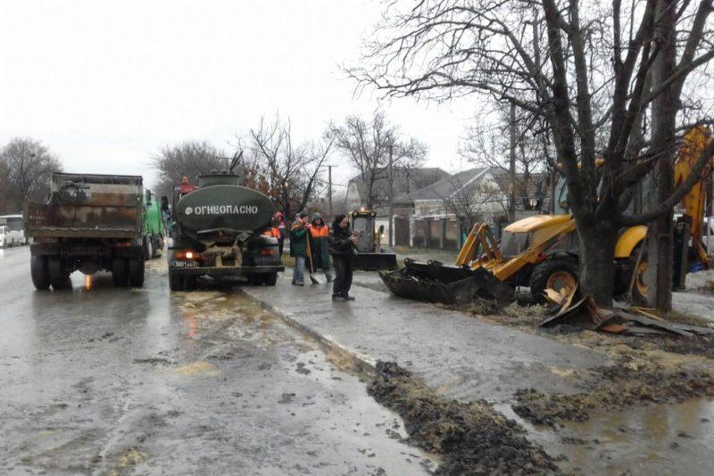 ДТП на выезде из Симферополя: спасателям и коммунальщикам пришлось смывать топливо с трассы