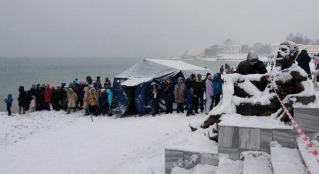 Почти две сотни «моржей» устроили рождественский заплыв на заснеженном пляже в Евпатории