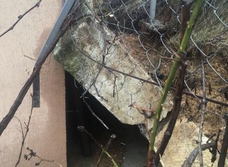 В Севастополе обрушилась часть подпорной стены