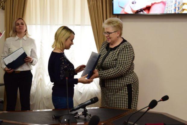 В Симферополе детям-сиротам вручили ключи от новых квартир