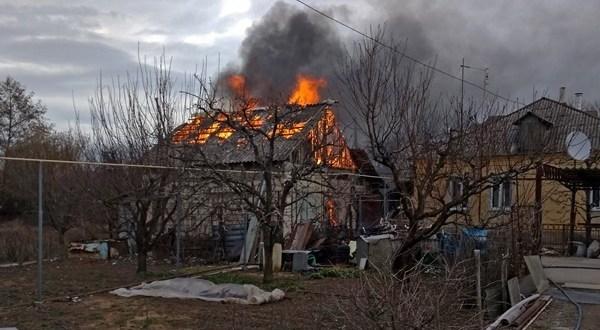 """В Бахчисарайском районе сгорел жилой дом. К месту ЧП пожарные """"пробивались с боем"""""""