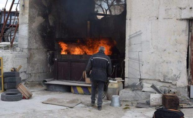 В Симферополе у стихийных торговцев изъяли более тонны товара. Всё сожгли