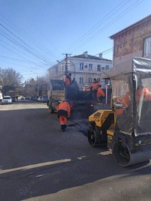 В Симферополе идёт ямочный ремонт