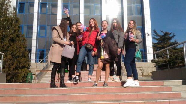 """""""Ты прекрасна!"""" «Молодежка ОНФ» поздравила крымчанок с 8 марта"""