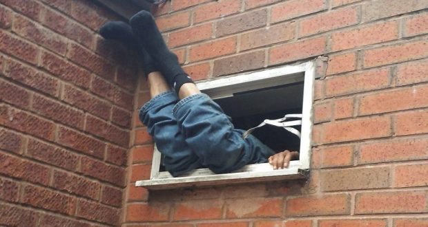 Его в двери, а он через окно. В Севастополе бывший супруг ограбил женщину