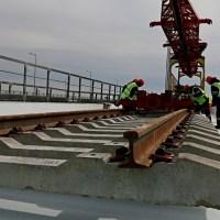 Крымский мост: началась укладка рельсов со стороны полуострова