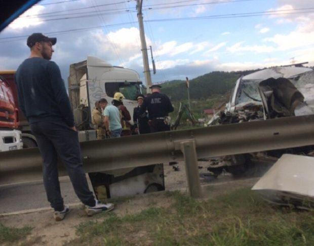 ДТП под Симферополем, на Ялтинской трассе: лобовое столкновение кроссовера с фурой