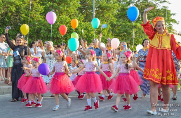 """Карнавал """"Евпатория - город детства"""": две тысячи принцев, усатых няней и силачей"""
