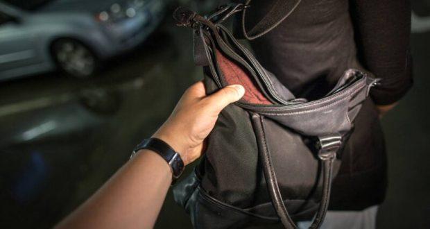 В Феодосии мужчина, пытаясь отобрать сумку у девушки, едва не убил её. Отправили в колонию